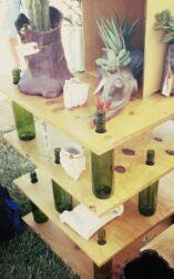 estanteria con botellas vino recicladas