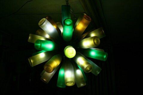 impresionante lampara reciclada con botellas vino