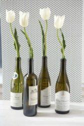 jarrones con botellas de vino