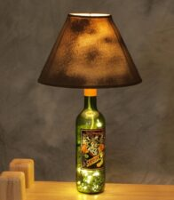 lampara de mesa con botellas vino recicladas 2