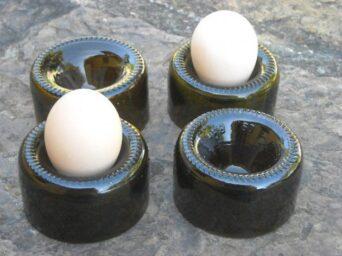 los huevos en botellas de vino