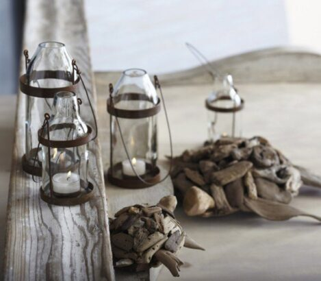 portavelas con botellas vino transparentes