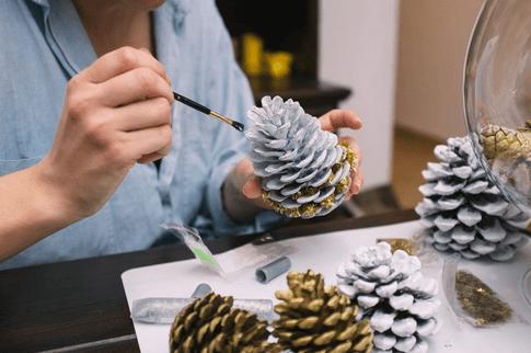 Diy reciclar pi as para decorar la navidad for Adornos navidenos para balcones