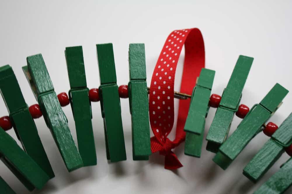 corona navidad con pinzas de la ropa 9