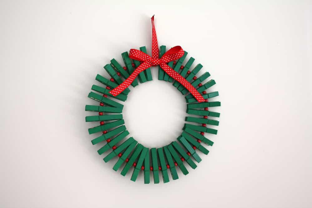 corona navidad con pinzas de la ropa
