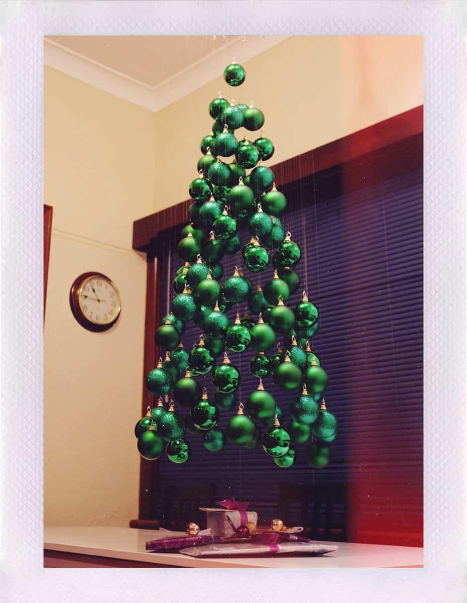 Arbol de navidad con esferas de hilo