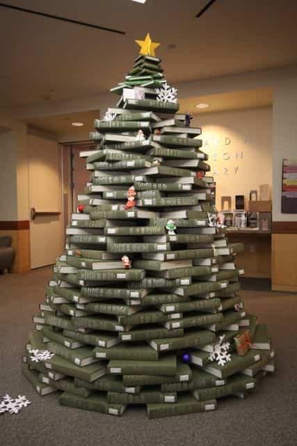 árbol de navidad hecho con archivadores