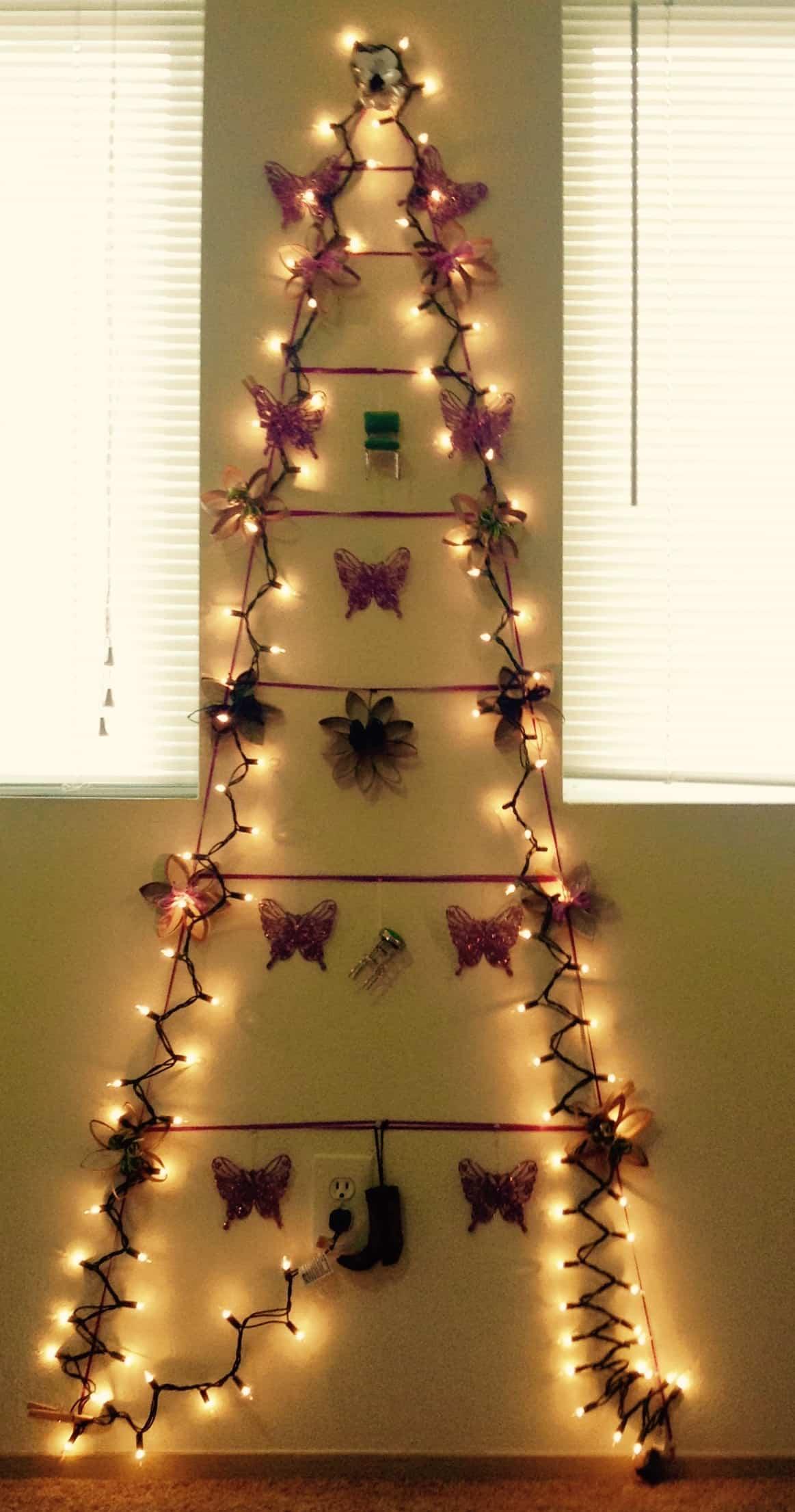 árbol de navidad hecho con luces en la pared