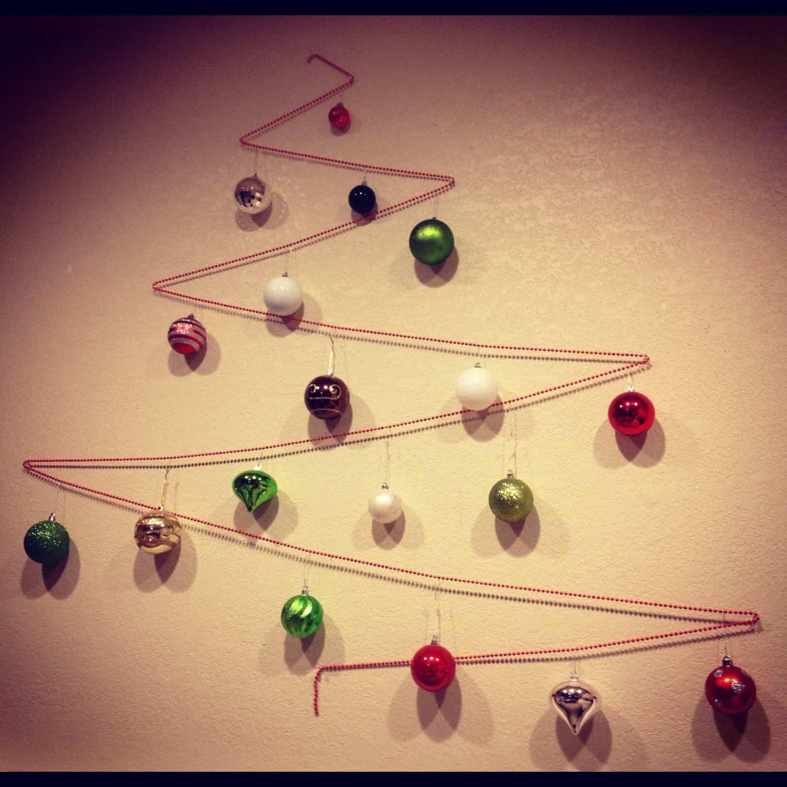árbol de navidad hecho en la pared con bolas