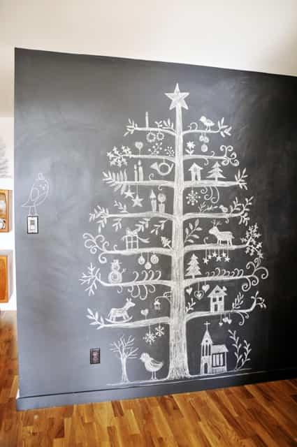 árbol de navidad hecho con tiza en una pizarra
