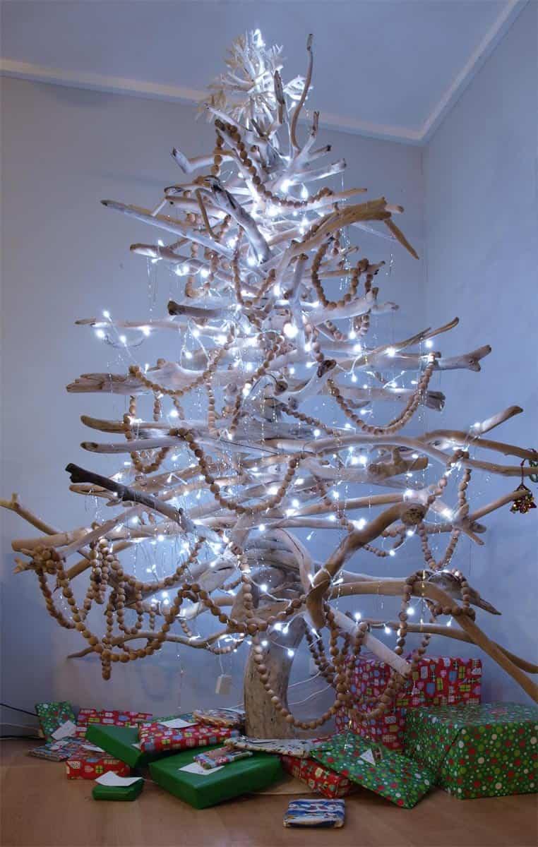 árbol de navidad hecho con ramas secas