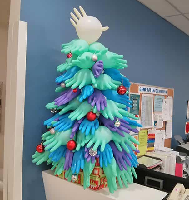árbol de navidad hecho con guantes
