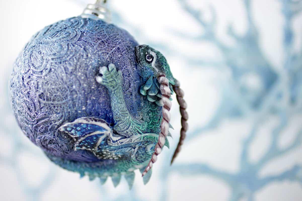 bola de navidad con un dragón
