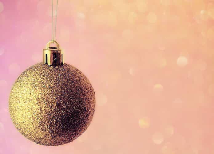 bola de navidad con purpurina dorada