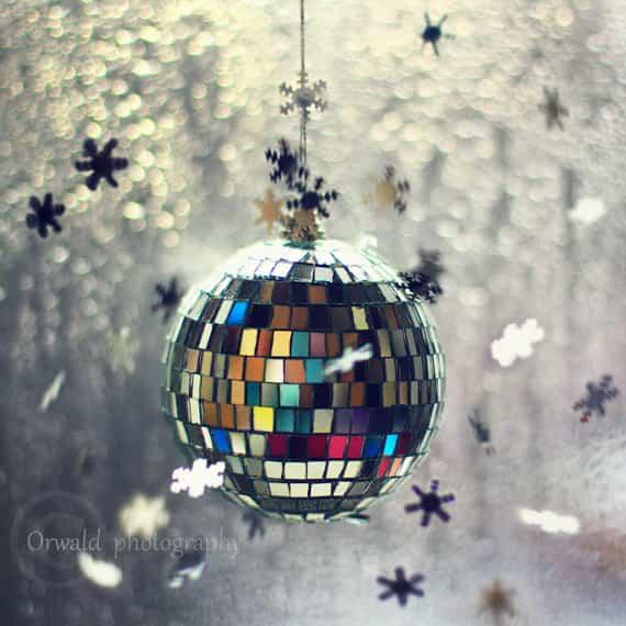 bola de navidad cubierta con restos de cd