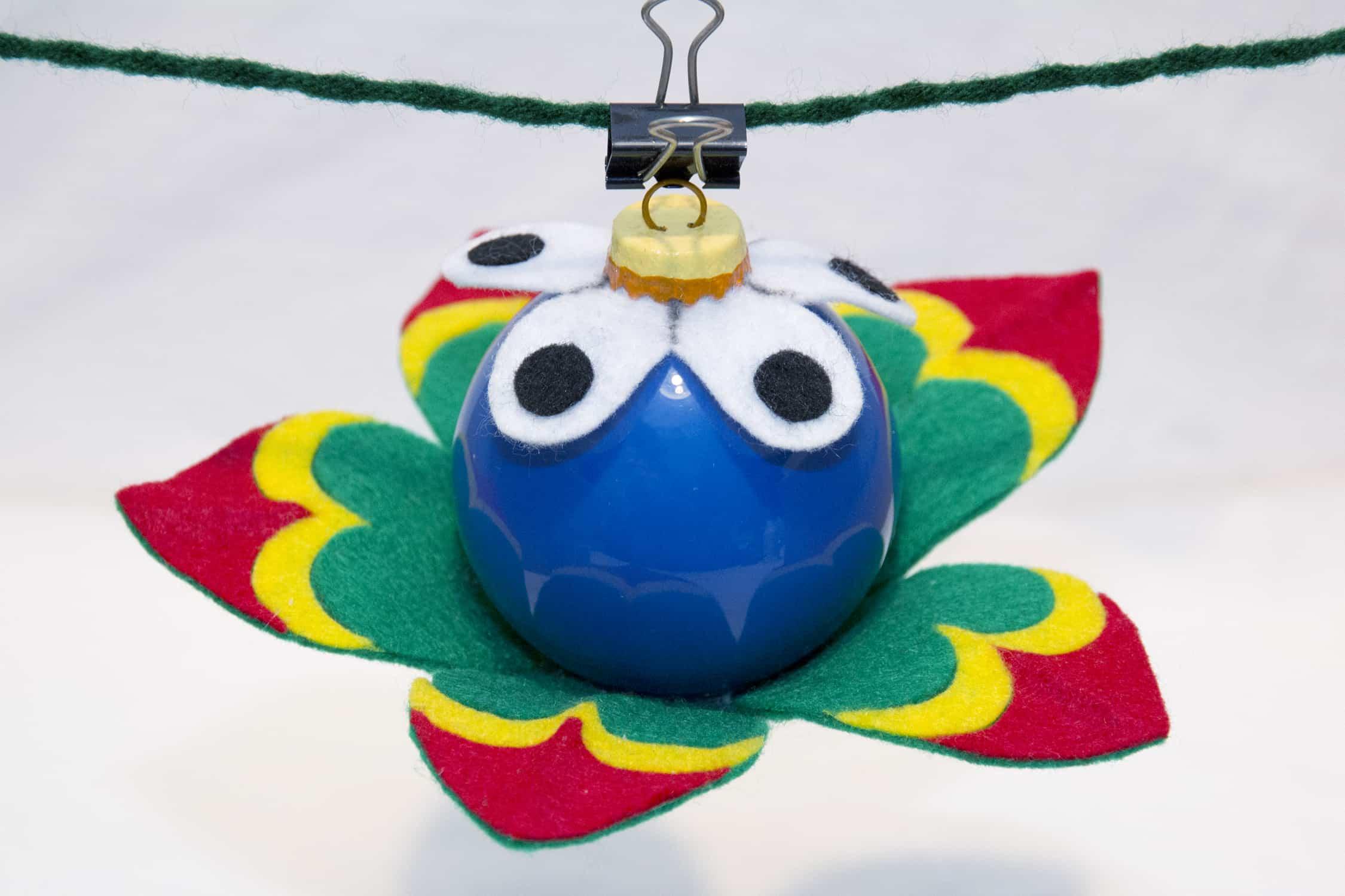 flor hecha con una bola de navidad y fieltro