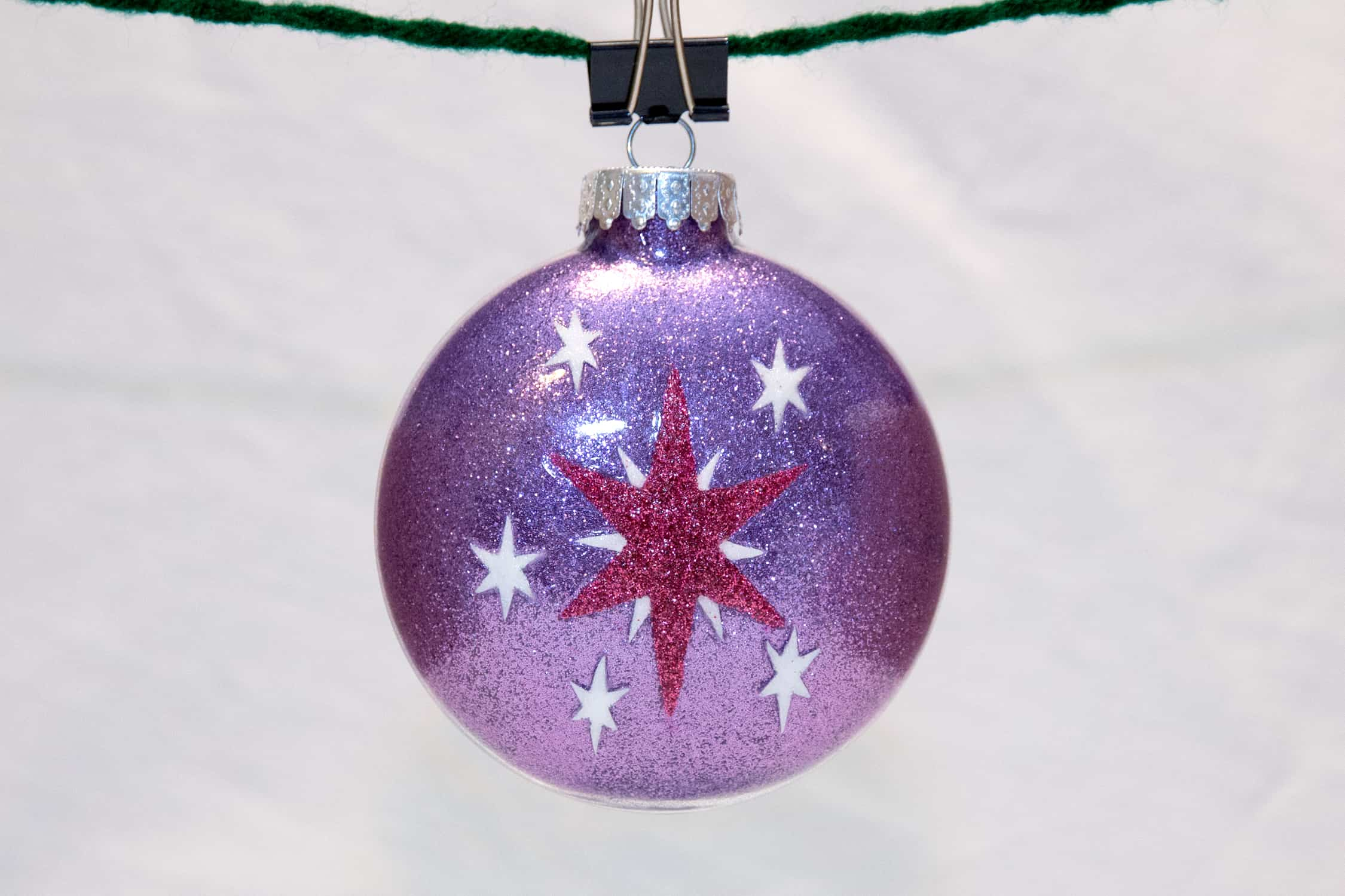 bola de navidad decorada con glitter