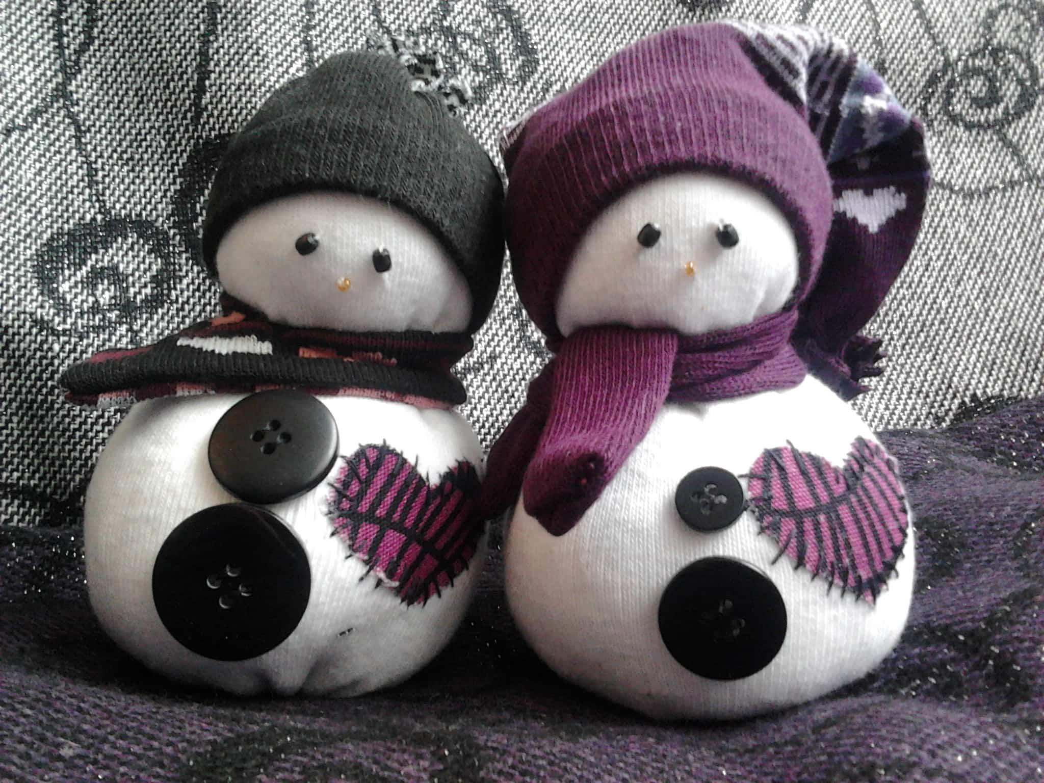 Maneras de hacer un mu eco de nieve para decorar for Munecos con calcetines