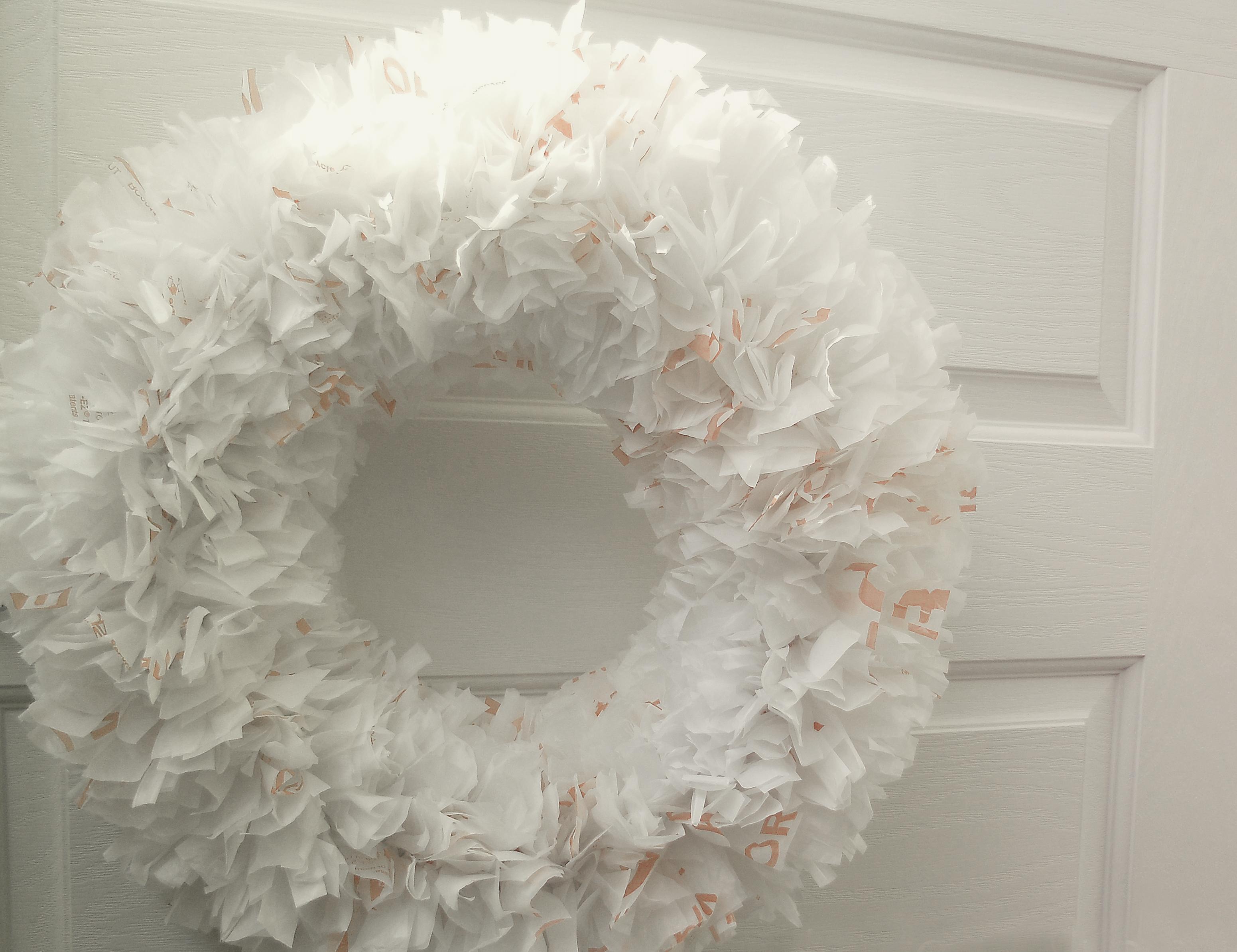 corona de Navidad hecha con bolsas de plástico