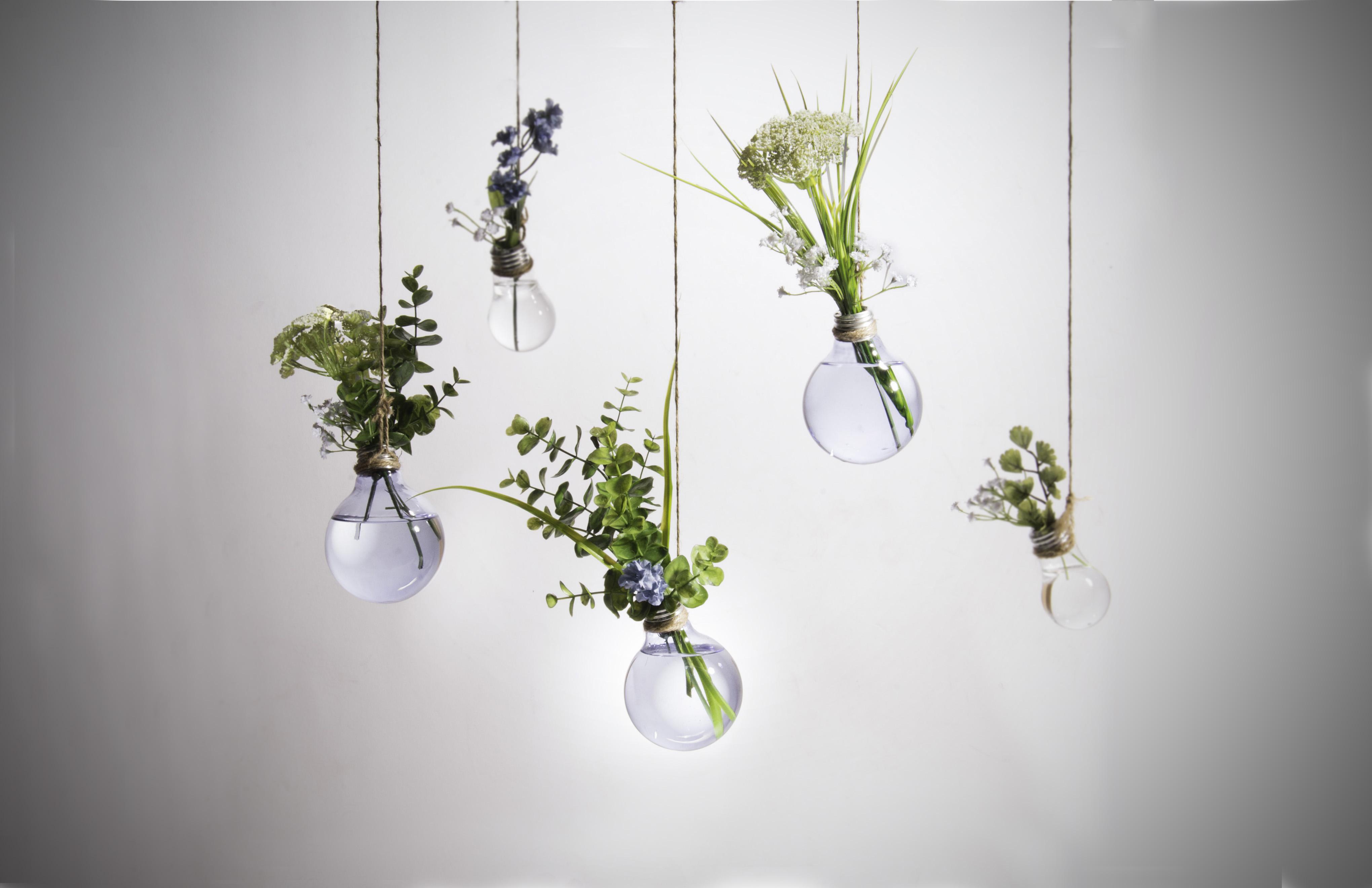 decorar con bombillas - jarrones colgantes hechos con bombillas