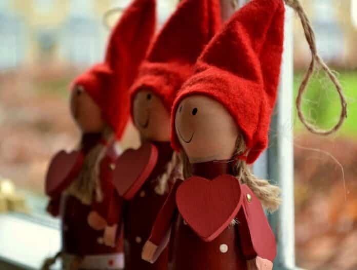 muñecos de Navidad decorando una ventana