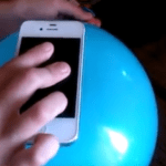 Funda para móvil hecha con un globo