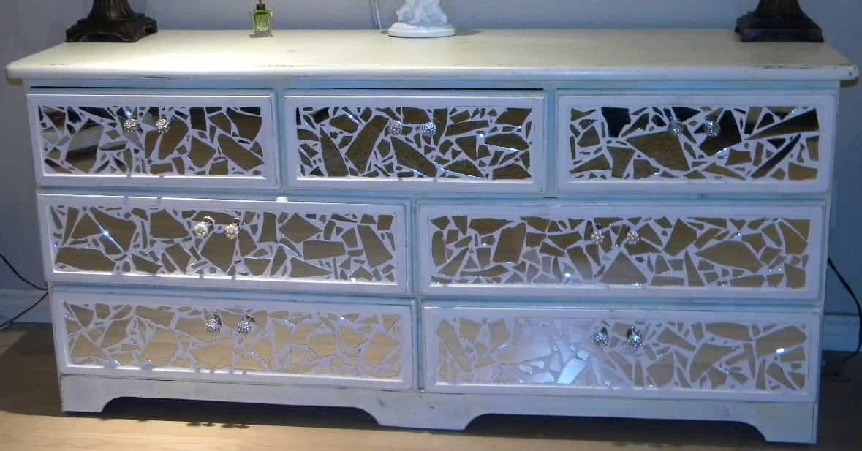 Reciclar espejos rotos para crear adornos decorativos for Ideas para reciclar muebles