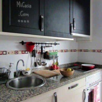pintar los armarios de la cocina con pintura de pizarra