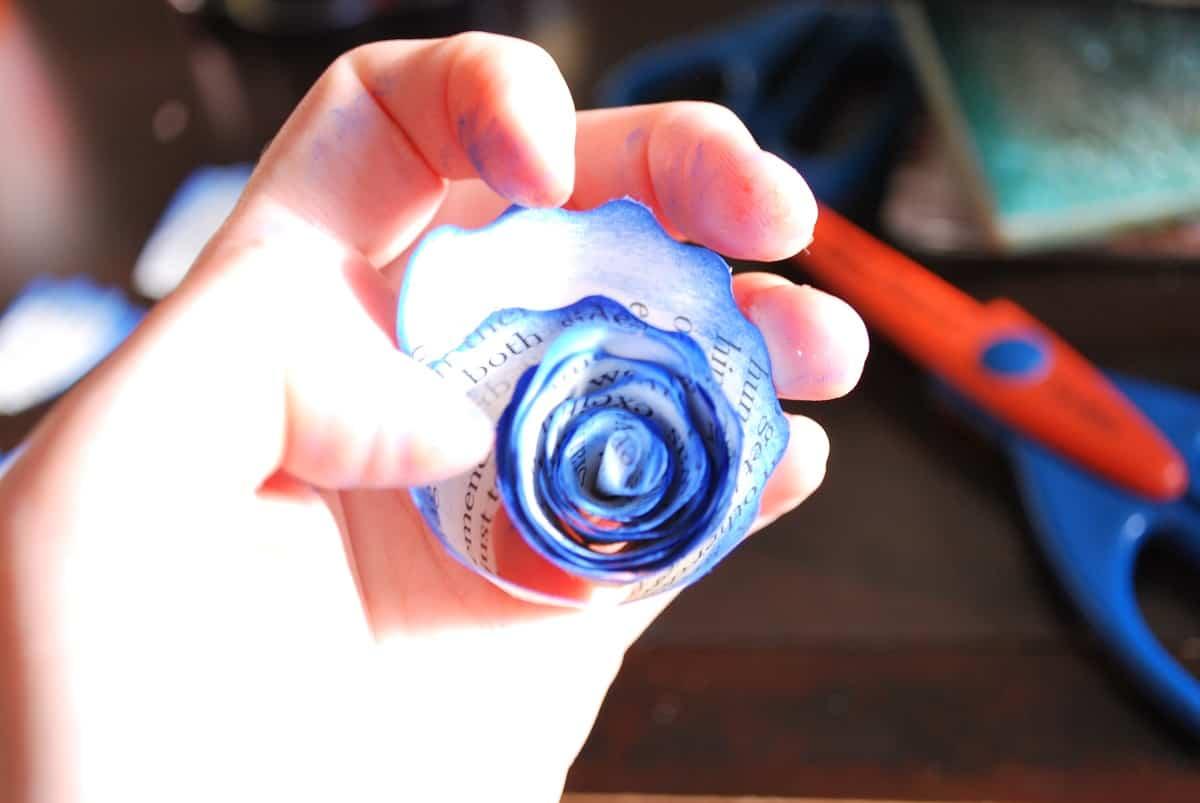 Rosas de papel de peri dico para decorar tu hogar o lo for Rosas de papel