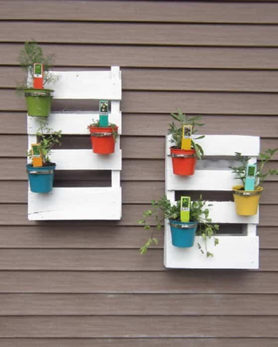 10 manualidades de madera reciclada para el hogar for Paredes de madera para jardin